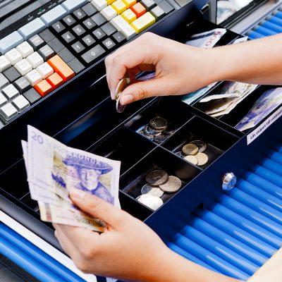 cashier-cashregister-closeup